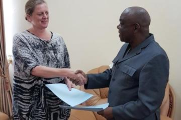 SIGNATURE DU PROTOCOLE D'ACCORD AVEC  MADAME BROWN ANDREA, DIRECTRICE GENERALE DE LA SOCIETE D'EXPLORATION PETROLIERE SUD AFRICAINE DIG OIL